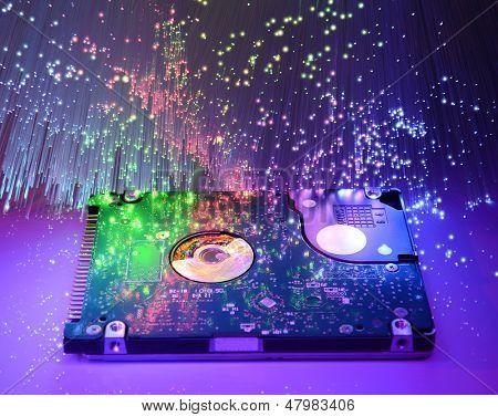 disco duro y cabezas en el fondo de tecnología óptica de fibra