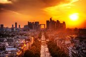 Ver sobre La Defense e Champs-Elysees ao pôr do sol em Paris, França.