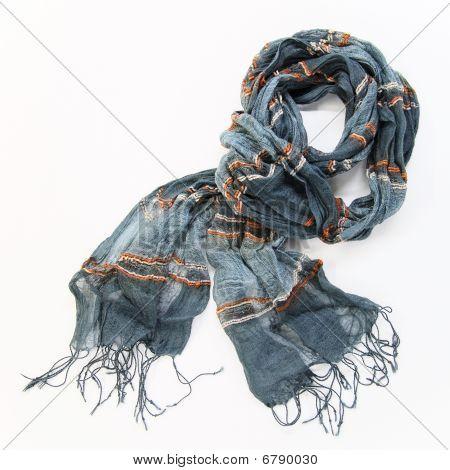 grau Baumwolle Schal auf weißem Hintergrund
