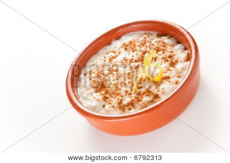 Postre sabroso arroz con leche canela