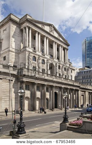 LONDON, UK - JUNE 30, 2014: Bank of England building. Square in front of bank