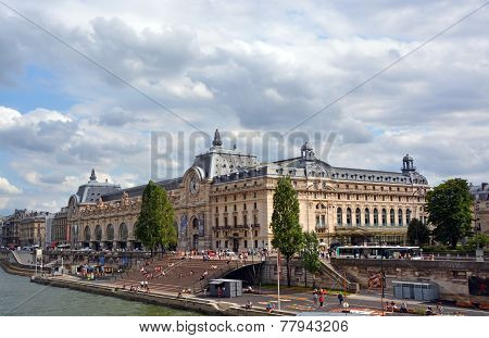 Musee D'orsai Art Gallery & Tourists On A Summer Afternoon, Paris.
