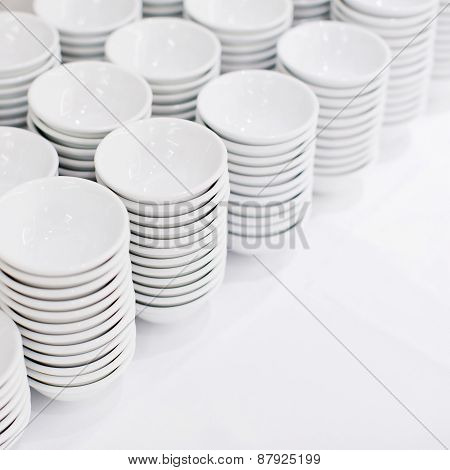 A Stack Of White Dishes En Soup Bowls