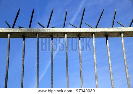 Spiked security fence