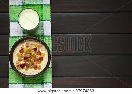 Oatmeal Porridge with Grapes and Nuts