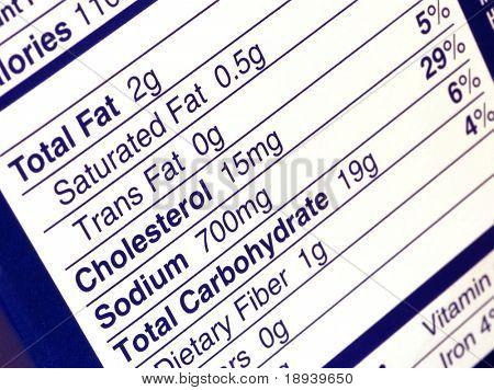 cerca de una etiqueta nutricional centrada en el contenido de grasa