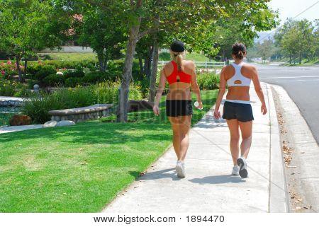 Zwei Frauen gehen