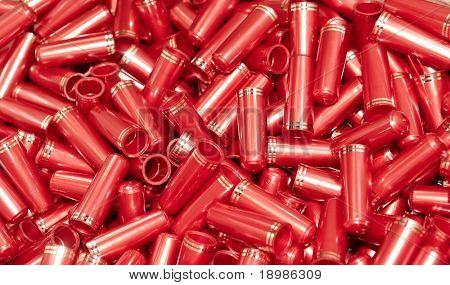 Haufen rote Kappen mit goldenen Streifen für Kosmetik