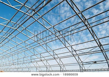 construcción de estructura metálica de acero al aire libre
