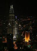 foto of petronas twin towers  - vertical shot of kuala lumpur night scene, featuring the petronas twin towers, the tallest buildings in the world. 