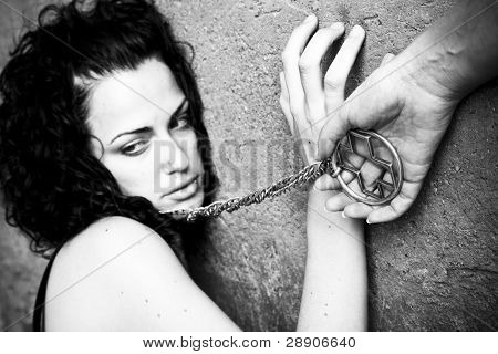 Conceito: Escravidão religiosa ou devoção. Preto e branco. Foco no cruzamento.