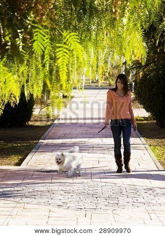 Junge Frau mit ihrem Haustier zu Fuß.