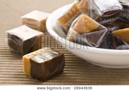 Dulces de caramelo y chocolate crema