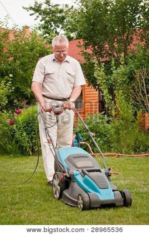Alter Mann mit Rasenmäher