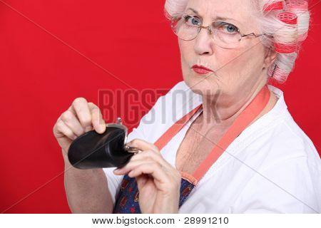 Mulher velha com uma bolsa