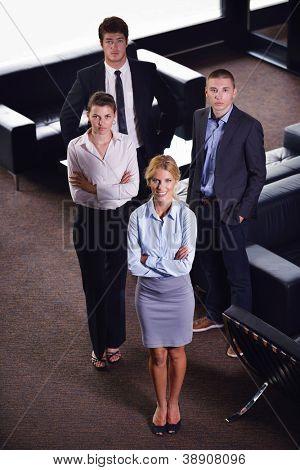 Grupo de equipo de personas de negocios en una reunión tenga éxito y tratar de hacer
