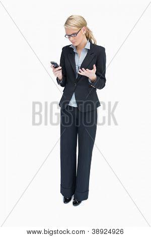 Business-Frau stehen und betrachten verärgert Handy