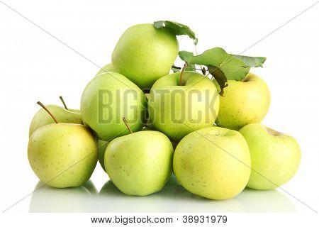 jugosas manzanas con hojas verdes, aislados en blanco