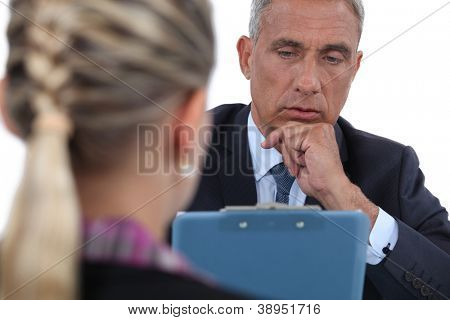 Empresário entrevistando uma mulher