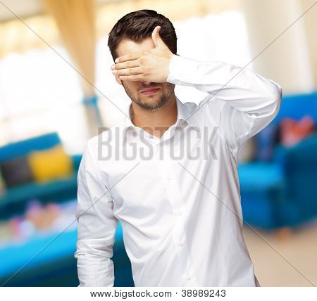 Retrato de um homem de negócios cobrindo os olhos, ao ar livre
