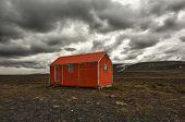 Постер, плакат: Старый красный метель жилья может спасти жизнь в жестоких blizzard или зимой на Исландии