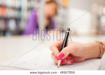 Nahaufnahme eines Studenten schreiben