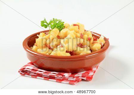 Albóndigas de patata eslovaco decoración con perejil en un tazón de fuente