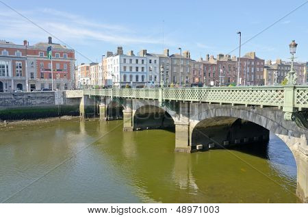 DUBLIN, Irland - 7. Juni: Grattan-Brücke und Fluss Liffey Dublin, Irland am 7. Juni 2013