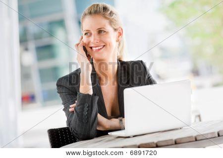 geschäftsfrau mit Handy und laptop