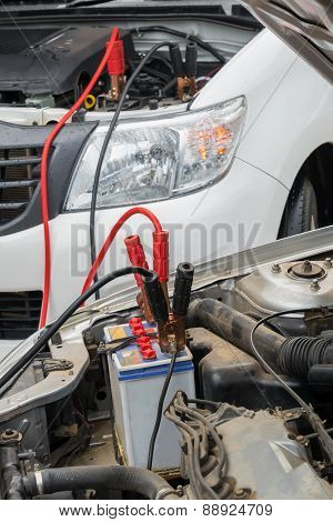 Using jumper cables to charge a dead car battery