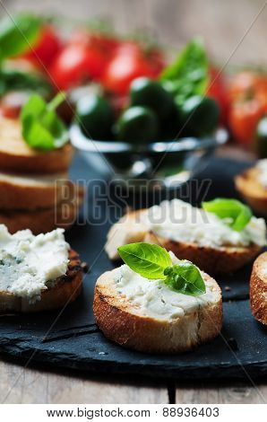 Italian Crostini With Gorgonzola