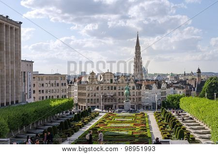 Brussels, Belgium - May 12, 2015: Tourist Visit Kunstberg Or Mont Des Arts Gardens In Brussels