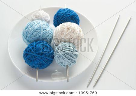 Bolas de colores de lana para tejer y agujas