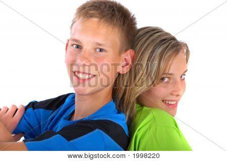 Niño y niña espalda con espalda