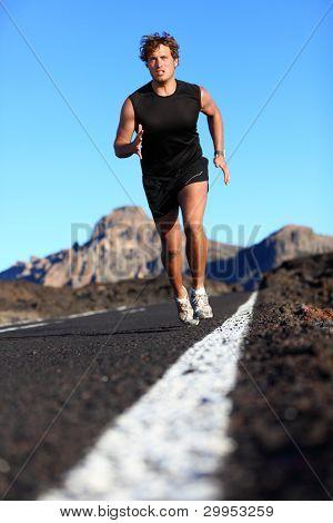 Mann läuft in der schönen Natur. männliche Läufer Joggen während Arbeit Ausbildung an der Mountain Road. Youn
