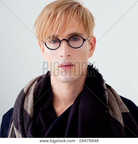 homem loiro estudante bonito moderno com retrato de óculos de nerd