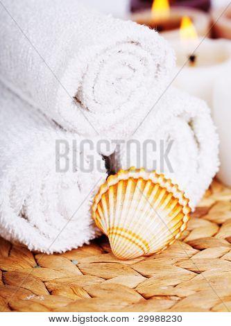 pila de toallas limpias y velas - tratamiento de belleza