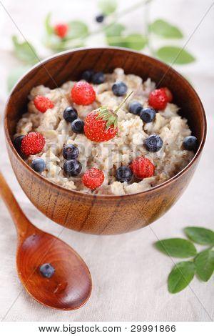 gachas de avena con frutas frescas. Una alimentación saludable.