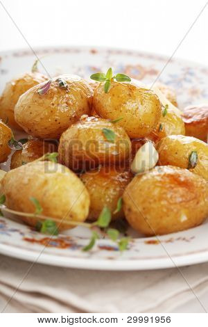 Glazed new potatoes with garlic and thyme