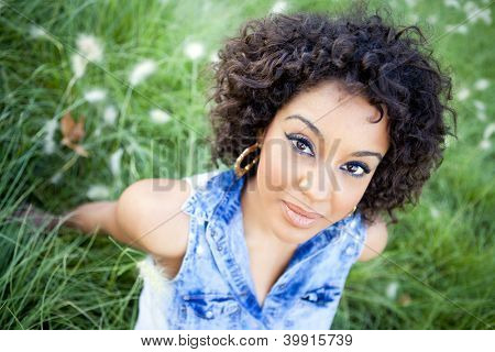 Jovem mulher africana relaxante no Parque