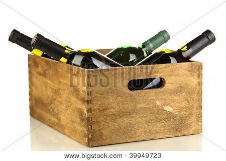 Garrafas de vinho em caixa de madeira, isolado no branco