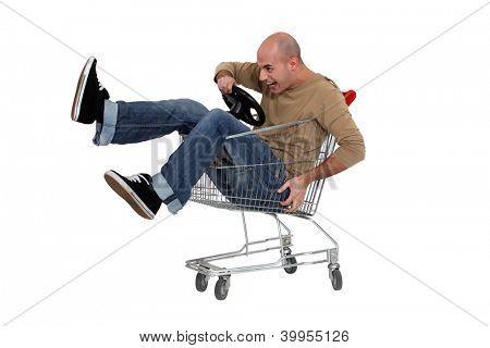 Hombre en un carrito de la compra