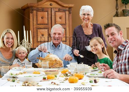 Multi-Generation-Familie feiert Thanksgiving