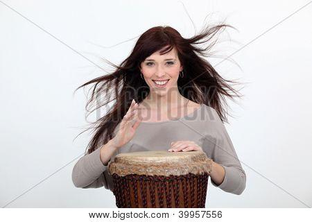 Mujer con un tambor djembé