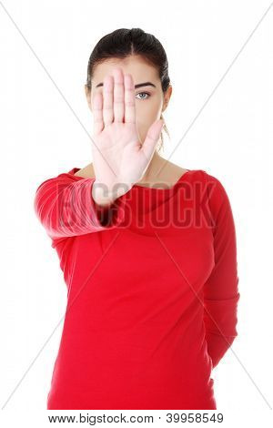 Segurar, parar o gesto mostrou por mão de mulher jovem