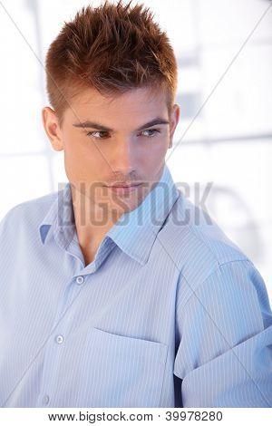 Retrato de jovem bem parecido com camisa com penteado elegante.