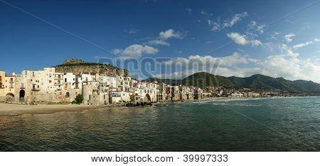 Vista panorámica de la Costanera de Cefalu.  Sicilia, Italia