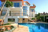 pic of villa  - Beautiful villa with columns statues and swimming pool - JPG