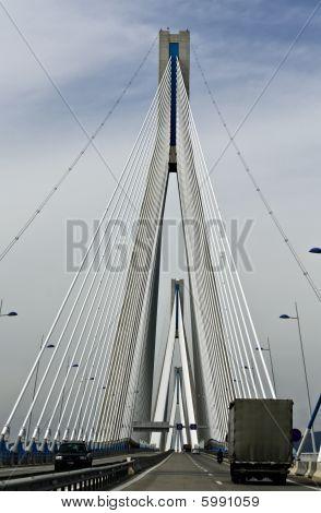 Puente del mundo, ubicado en la ciudad de Patras en Grecia quedé más grande en la longitud del cable.