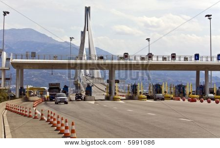 Puestos de peaje justo antes de la entrada al Puente Rio-Antirio cable en Patra, Grecia